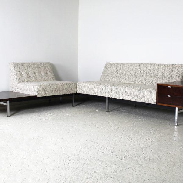 """Canapé, banquette vintage """"Modular"""", de Georges Nelson, édition Herman Miller 1956, en palissandre, métal chromé et tissu clair Maison Lelievre."""