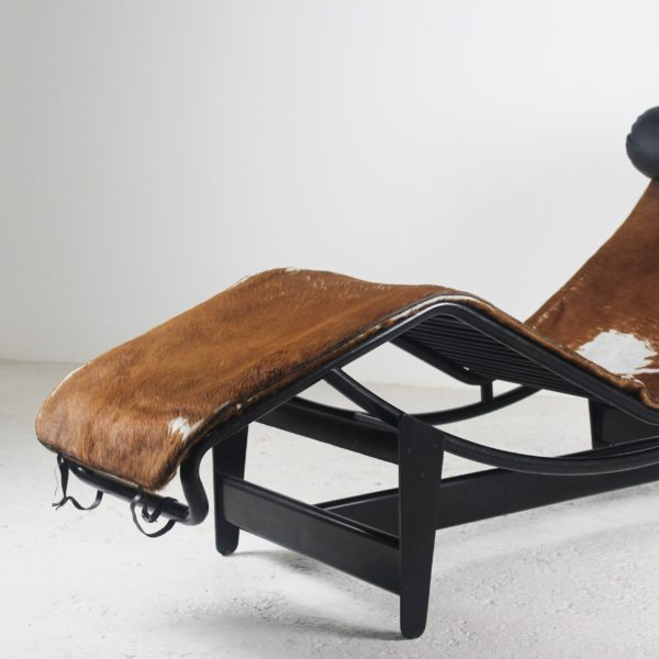 Chaise longue vintage LC4 de Le Corbusier pour Cassina, édition 1974 en poulain et métal laqué noir.