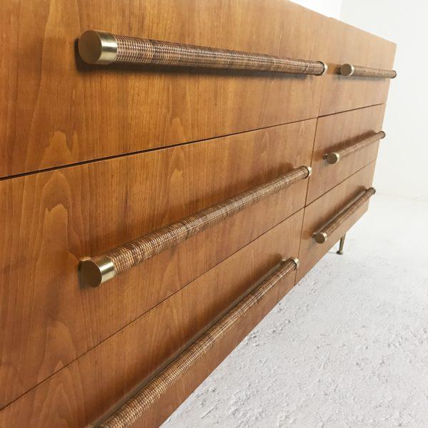Commode vintage 1950 en noyer à six tiroirs, poignées en rotin, pieds en fonte d'aluminium doré. De Robsjohn-Gibbings, édition Widdicomb.