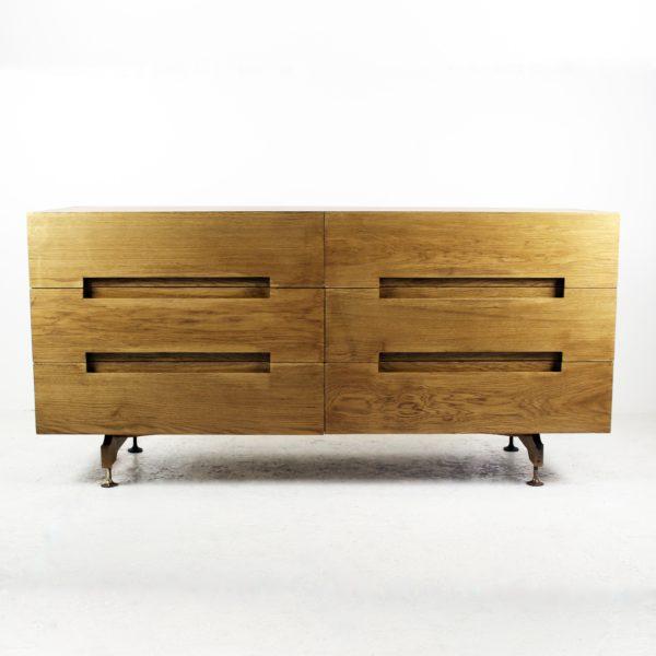 Commode à six tiroirs vintage 1960, en placage de chêne, pieds laiton.