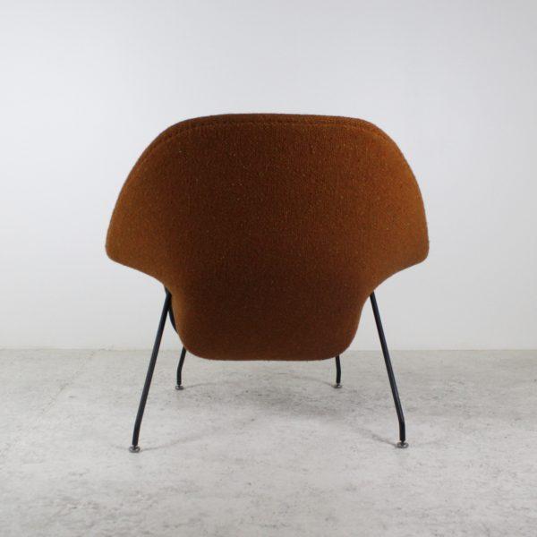 """Fauteuil et ottoman """"Womb Chair""""vintage, en métal noir et tissu, d'Eero Saarinen pour Knoll, années 60."""