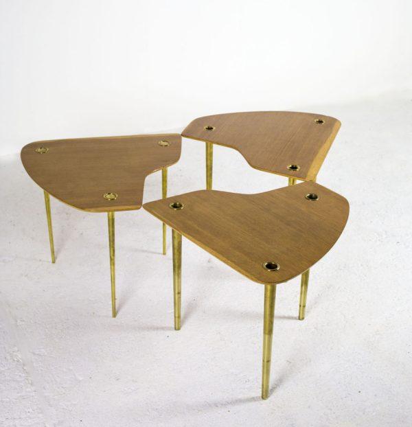 """Tables """"Partroy""""en chêne et laiton 1950, de Pierre Cruège pour Formes."""