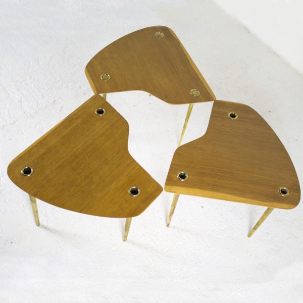 """Lot de 3 tables basses de Pierre Cruège, 1950 Tables """"Partroy""""en chêne et laiton 1950, de Pierre Cruège pour Formes."""
