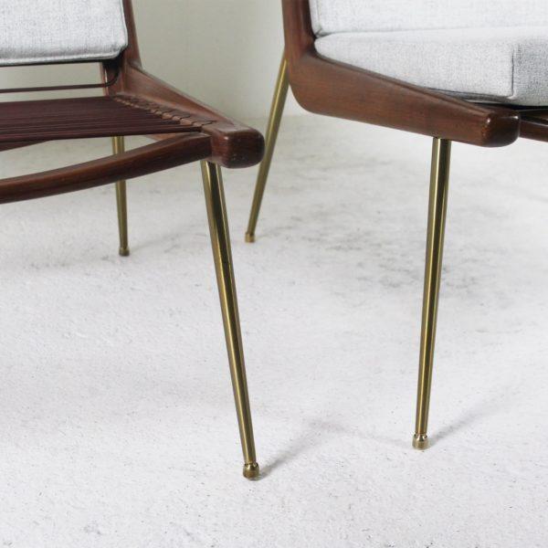 """Paire de fauteuils """"Boomerang"""" vintage, en teck, laiton et coussins en tissu Kvadrat gris, de Peter Hvidt, édition France & Son."""
