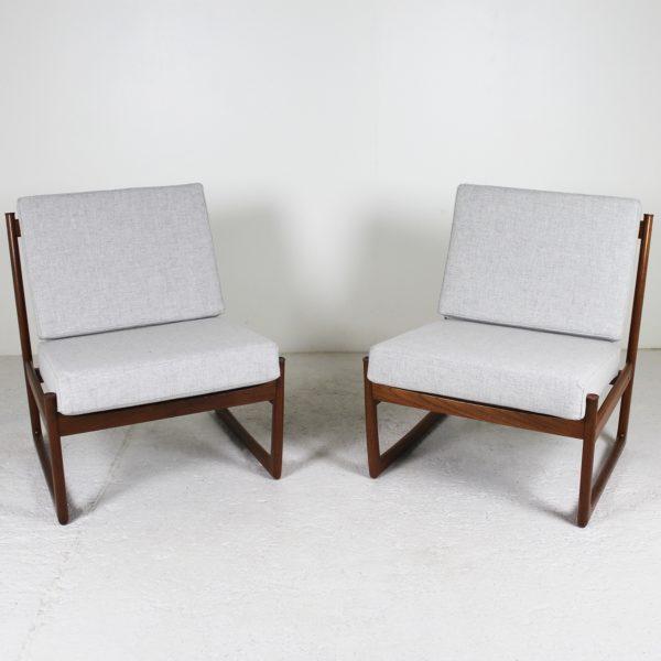 Paire de fauteuils vintage 1960, en teck et coussins en tissu Kvadrat gris, de Petre Hvidt, édition France & Son.