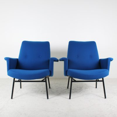 Paire de fauteuils vintage 1950, tissu bleu et métal noir, de Pierre Guariche, édition Steiner.
