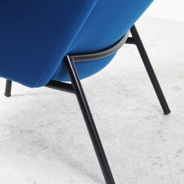 Paire de fauteuils vintage 1950, modèle SK660, tissu bleu et métal noir, de Pierre Guariche, édition Steiner.