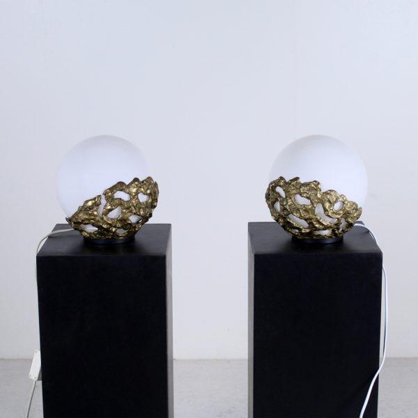 Paire de lampes vintage 1970, en bronze doré et globes en verre opalin. D'Angelo Brotto, édition Esperia.