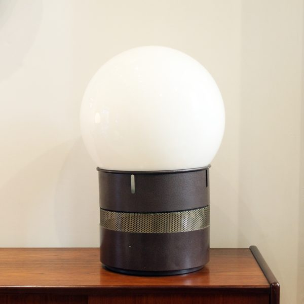 """Lampe vintage """"Mezzoracolo"""" 1968, en métal brun et verre opalin, de Gae Aulenti pour Artemide."""
