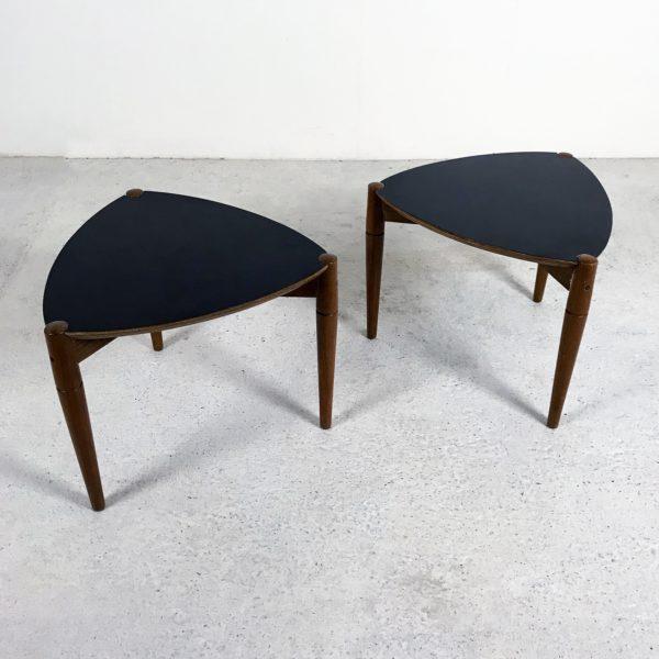 Petites tables basses tripodes vintage, années 60. Acajou et Formica noir.