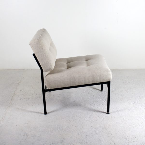Chauffeuses vintage 1960, design italien, métal laqué noir, assises et dossiers tissu ivoire.