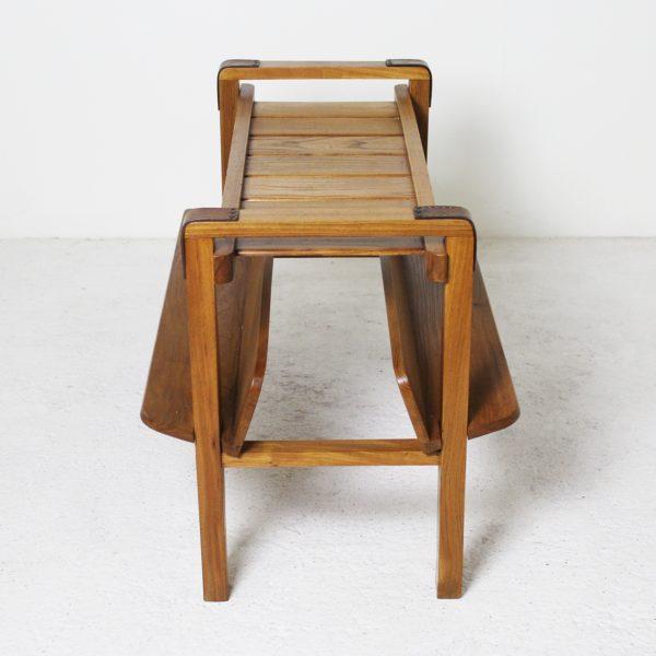 Table porte revues vintage 1950, en orme et cuir de Jacques Adnet.