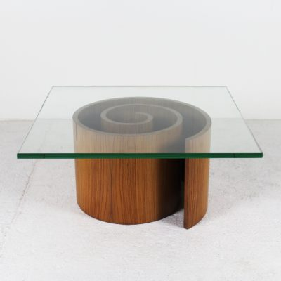 """Table basse vintage, modèle """"spirale"""" années 60, en palissandre et plateau carré en verre, de Vladimir Kagan."""