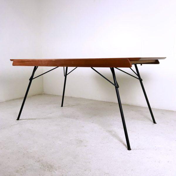 """Table à manger vintage en acajou et métal noir, modèle """"Ermenonville"""", de Gérard Guermonprez éditée par Magnani dans les années 50."""