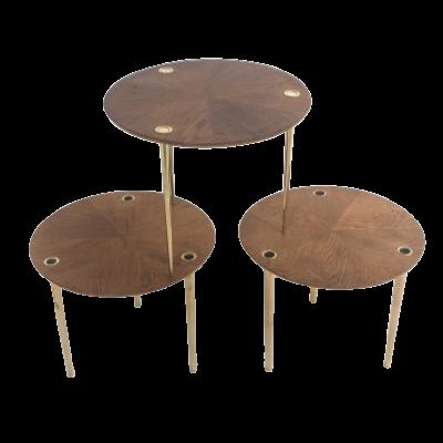 Tables gigognes Partroy Trois tables vintage en chêne et laiton 1950, de Pierre Cruège, édition Formes.