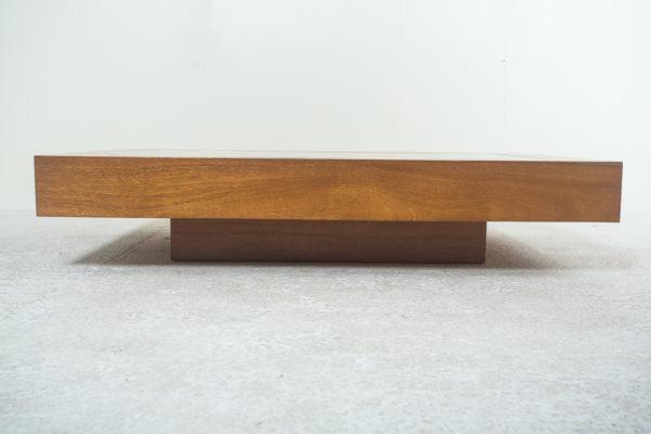 table basse rectangulaire, design vintage des années 70, structure en bois blond, décor d'écailles de pommes de pin. Travail italien de Romeo Rega.