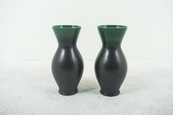 paire de vases en céramique des années 50, de Pol Chambost, deux tons noir et vert.