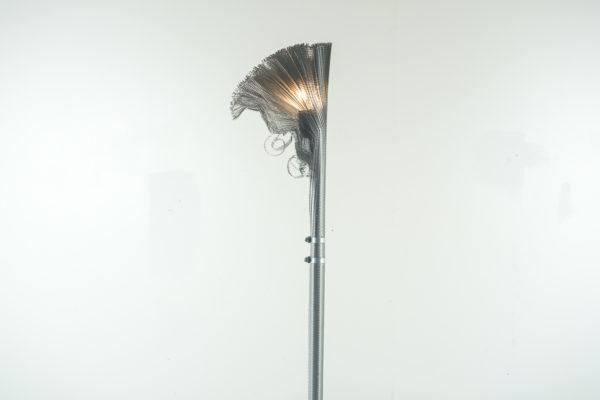 """Lampadaire contemporain aR-Ingo, par Ingo Maurer et Ron Arad, pied et socle en métal, diffuseur """"nid d'abeille"""" en aluminium."""