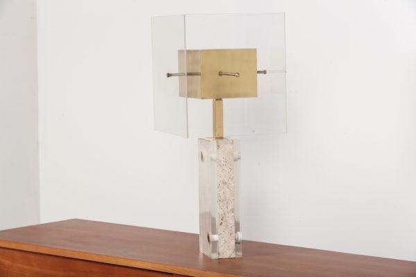 Lampe vintage des années 70, travail italien de Romeo Rega, piétement en travertin et laiton, abat-jour en plexiglas et laiton.