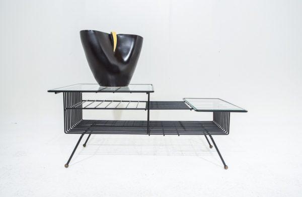 Vase en céramique et table basse en métal laqué noir, design vintage années 50.