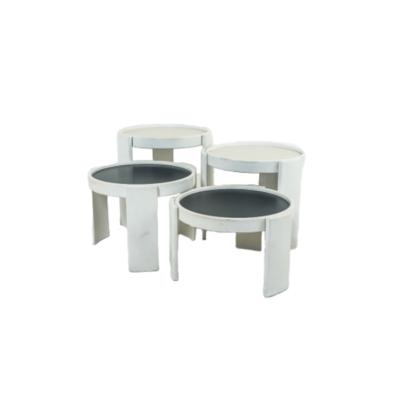 quatre tables gigognes vintage de Gianfranco Frattini pour Cassina, années 70. Structure en hêtre laqué blanc, plateaux réversibles en mélaminé noir et blanc.