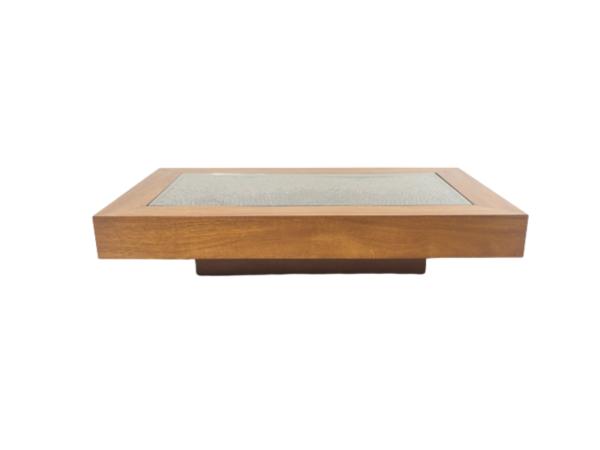 Table basse de Romeo Rega rectangulaire, design vintage des années 70, structure en bois blond, décor d'écailles de pommes de pin. Travail italien de Romeo Rega.