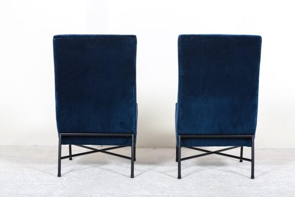 Paire des chauffeuses vintage, des années 50 de Geneviève Dangles et Christian Defrance, éditée par Burov. Piétement en métal tubulaire laqué noir, assise à haut dossier en mousse recouverte d'un velours bleu de chez Nobilis.