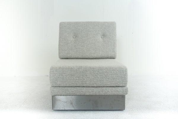 Chauffeuse vintage des années 70 de Jacques Charpentier, base en acier brossé, assise en mousse recouverte de tissu Pierre Frey.