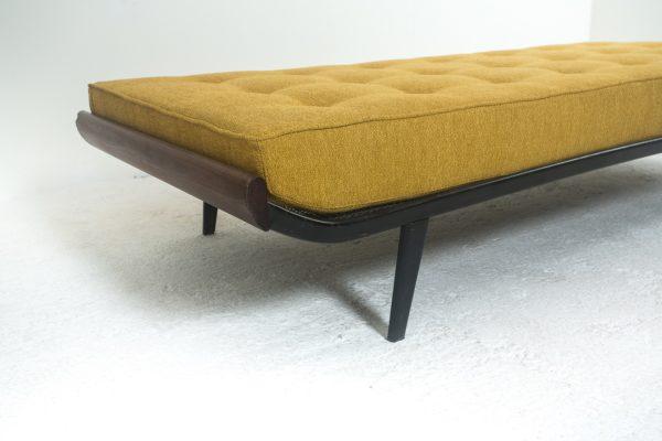"""Lit de repos vintage, modèle """"Cleopatra"""", de Dick Cordemeyer pour Auping au Pays Bas, réalisé dans les années 50. Structure en métal et bois, matelas en mousse et tissu ."""