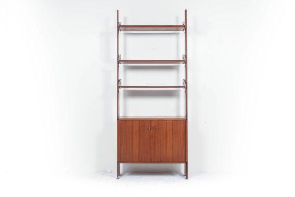 Bibliothèque vintage double face en teck, fabrication italienne des années 50, trois étagères et un caisson ouvrant par deux portes en façade, pieds réglables en laiton .