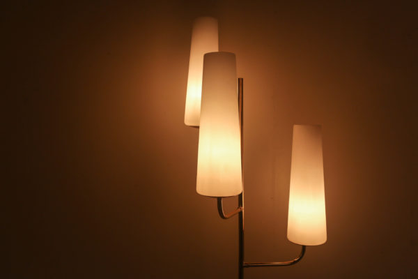Lampadaire vintage à trois feux, de la Maison française Lunel, années 60, piétement en acajou et laiton surmonté de trois opalines.