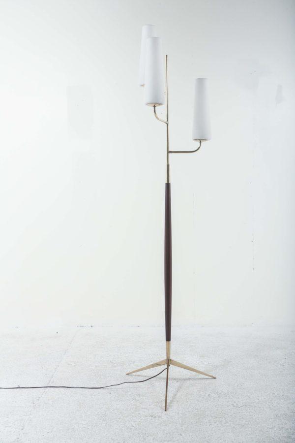 Lampadaire vintage de la Maison française Lunel, années 60, piétement en acajou et laiton surmonté de trois opalines.