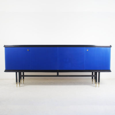 Enfilade circa 1950 : Enfilade vintage à quatre portes des années 50, en bois laqué noir et bleu Klein, piétement en métal noir et laiton.