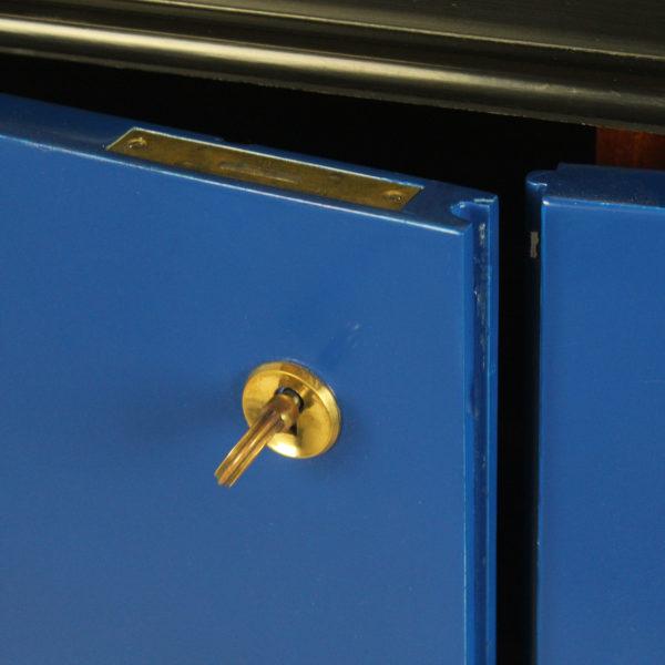 Enfilade vintage à quatre portes des années 50, en bois laqué noir et bleu Klein, piétement en métal noir et laiton.