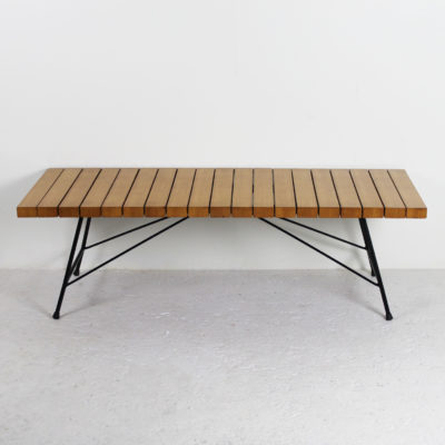 Table basse, banc vintage, modèle 201, lattes en merisier, piétement en métal laqué noir. Réalisé par Alain Richard pour Meubles TV, dans les années 50.