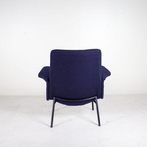 Fauteuils vintage des années 50, de Pierre Guariche pour Steiner, assises refaites à neuf avec un tissu de chez Kvadrat, piétement en métal laqué noir.