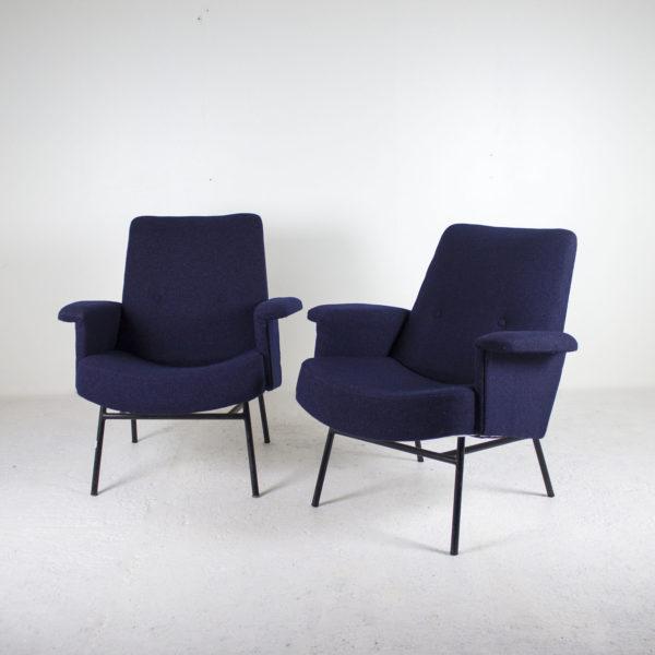 Paire de fauteuils SK660 Fauteuils vintage des années 50, de Pierre Guariche pour Steiner, assises refaites à neuf avec un tissu de chez Kvadrat, piétement en métal laqué noir.