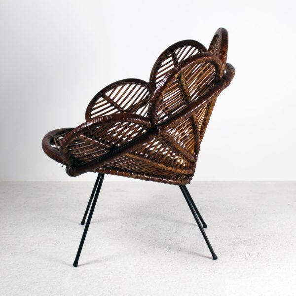 Fauteuil vintage des années 50, en rotin et métal, en forme de fleur.