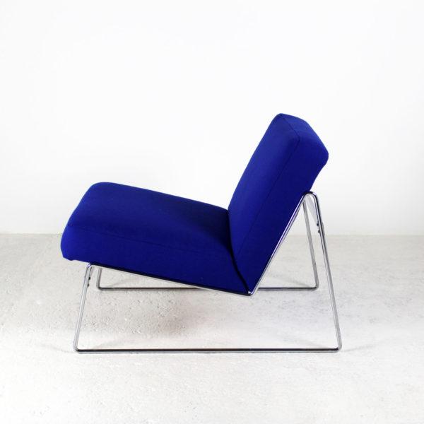 Chauffeuse rétro des années 70, structure en métal chromé et assise en tissu Kvadrat.