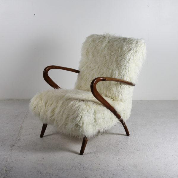 Fauteuils vintage des années 50, travail italien, structure en bois assises recouvertes de tissu style agneau de Mongolie.