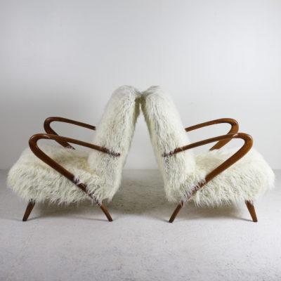 fauteuils italiens circa 1950 vintage des années 50, travail italien, structure en bois assises recouvertes de tissu style agneau de Mongolie.