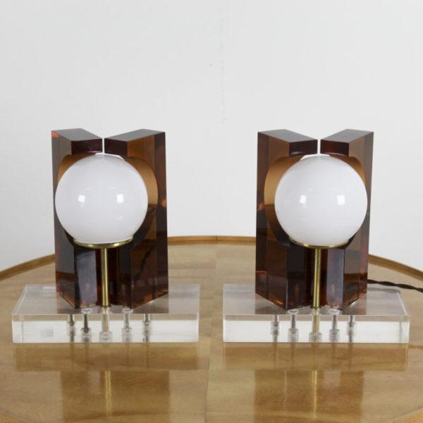 Lampes vintage des années 70, en plexisglass, globes en opaline et support en laiton doré.