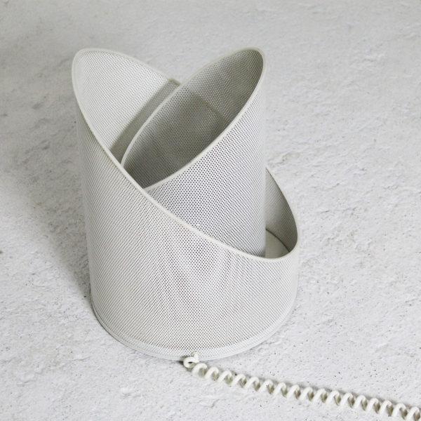 Lampe vintage des années 70 en métal perforé laqué blanc.