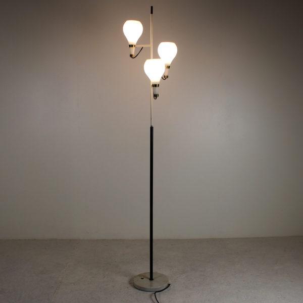 Lampadaire vintage des années 50, du fabricant Stilnovo, trois globes en opaline, structure en métal laqué noir et laiton, socle en marbre.