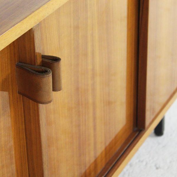 Enfilade vintage en palissandre et poignées en cuir, réalisée par Florence Knoll dans les années 70.