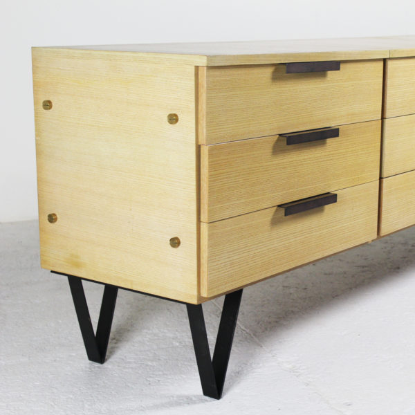 Commode vintage des années 50, structure en frêne, poignées et pieds en métal brun.