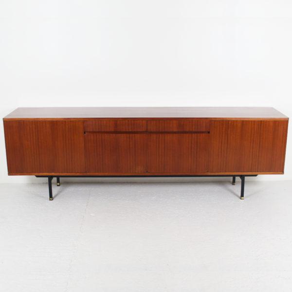 Enfilade de Paul Geoffroy circa 1960 Longue enfilade design vintage, s'ouvrant par quatre portes et deux tiroirs, en placage de teck, piétement en métal laqué noir et laiton, réalisée par Paul Geoffroy dans les années 60.