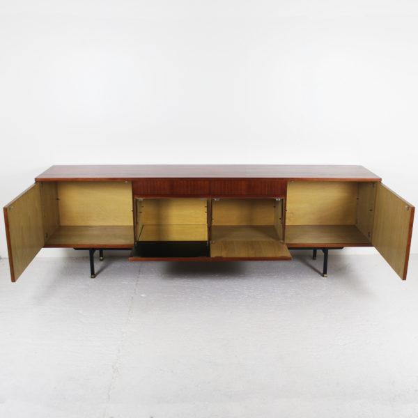 Longue enfilade vintage s'ouvrant par quatre portes et deux tiroirs, en placage de teck, piétement en métal laqué noir et laiton, réalisée par Paul Geoffroy dans les années 60.