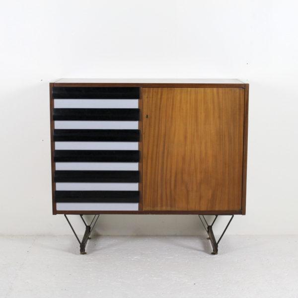 Meuble italien vintage, en acajou et six tiroirs en bois laqué, piétement en métal laqué noir et laiton, travail des années 50.