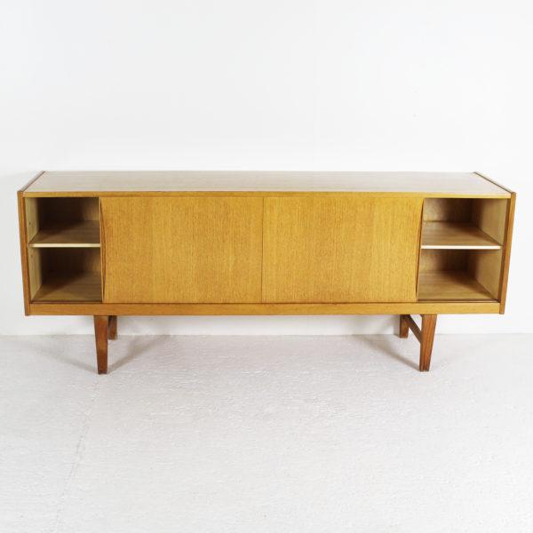 Enfilade danoise vintage en chêne clair des années 60, à portes coulissantes et quatre tiroirs en façade.